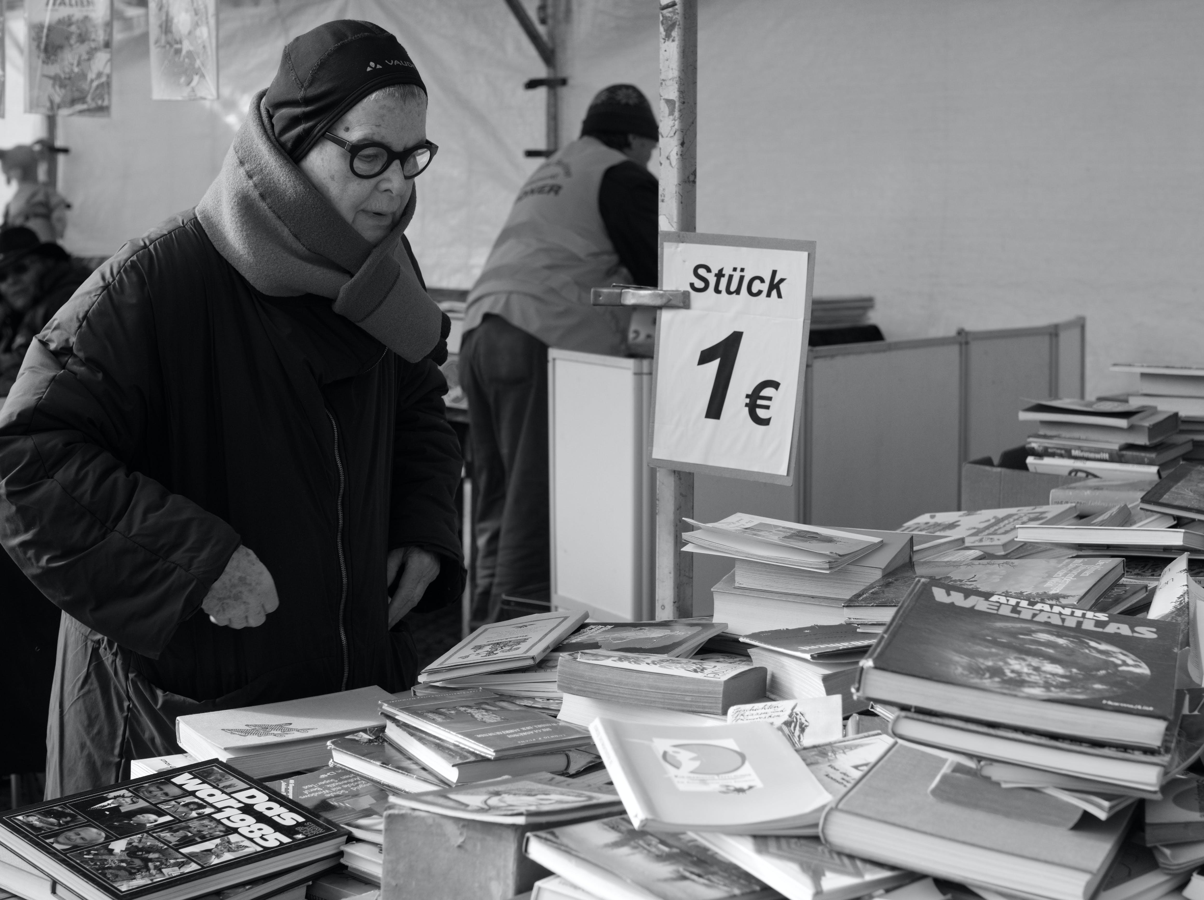 Photos gratuites de berlin, femme, livres, noir et blanc