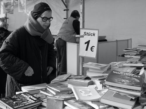 Fotos de stock gratuitas de Berlín, blanco y negro, libros, mujer