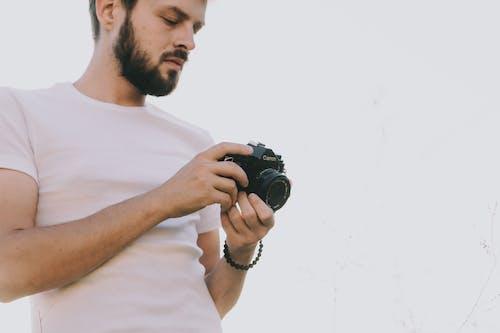 남자, 낮은 각도보기, 내리막 길의 무료 스톡 사진