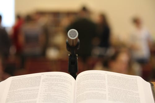 Kostenloses Stock Foto zu bibel, menschen, mikrofon, predigen