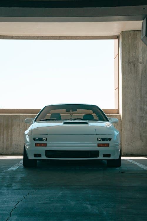 Бесплатное стоковое фото с автомобиль, автостоянка, белый