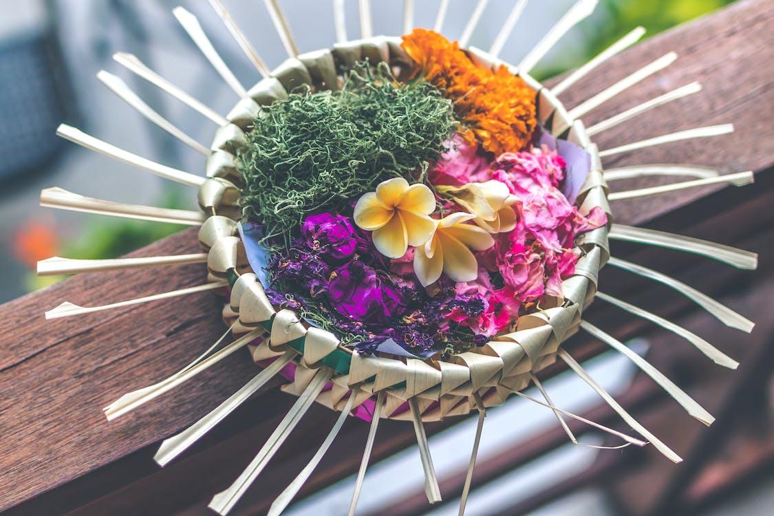 Fotografia Em Foco Raso De Decoração Floral Multicolorida