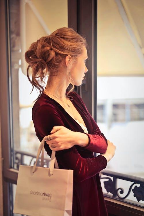 Kostenloses Stock Foto zu drinnen, einkaufen, elegant, erwachsener