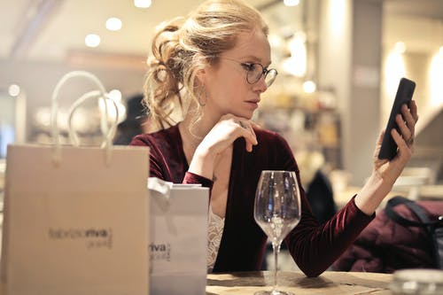 Základová fotografie zdarma na téma chytrý telefon, dioptrické brýle, dívání, dospělý