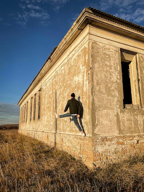 Immagine gratuita di cappello, edificio abbandonato, erba