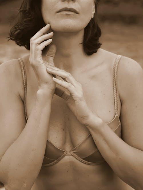 あごに手を, セピア調, セレクティブフォーカスの無料の写真素材