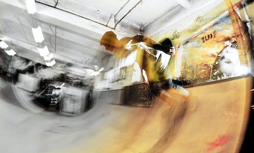 Immagine gratuita di atmosferico, desaturato, skateboarder