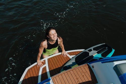 Gratis arkivbilde med badetøy, båt, bil