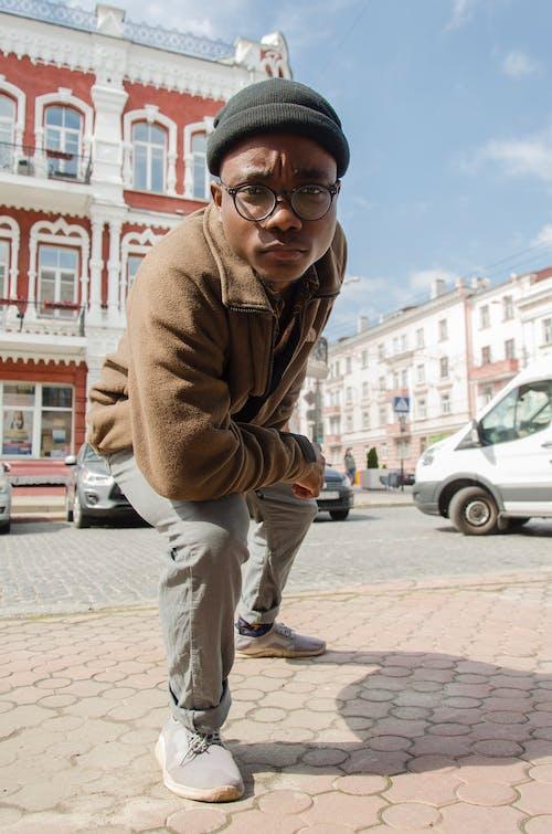 Foto stok gratis berjongkok, eksterior bangunan, gaya hidup