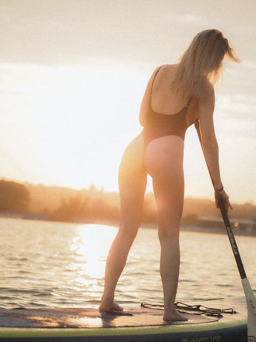 Безкоштовне стокове фото на тему «блондинка, весло, вода»