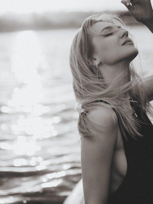 Безкоштовне стокове фото на тему «блондинка, вода, волосина»