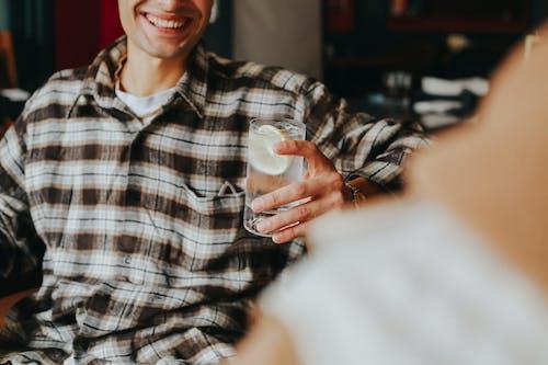 Foto d'estoc gratuïta de aigua, assegut, bar