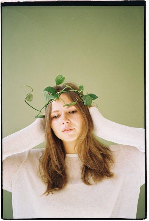 Foto d'estoc gratuïta de adult, braços al cap, cabells castanys