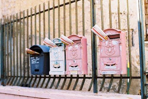 Foto profissional grátis de antiquado, ao ar livre, caixa de correio