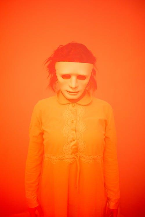 Безкоштовне стокове фото на тему «orange_background, довге волосся, маска»