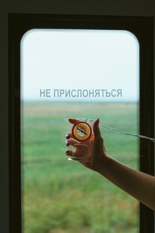 Fotobanka sbezplatnými fotkami na tému cestovať, cyrilské písmo, držanie