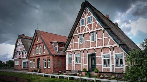 Základová fotografie zdarma na téma architektura, domy, došková střecha, obloha