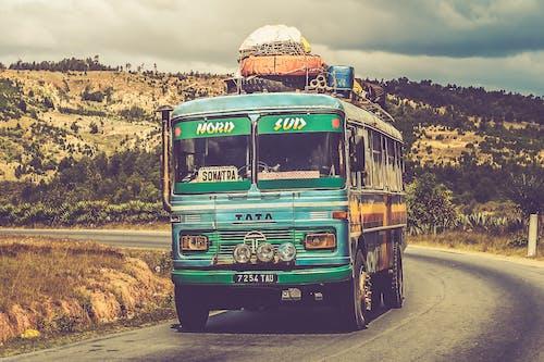 Безкоштовне стокове фото на тему «автобус, автомобіль, асфальт, багаж»