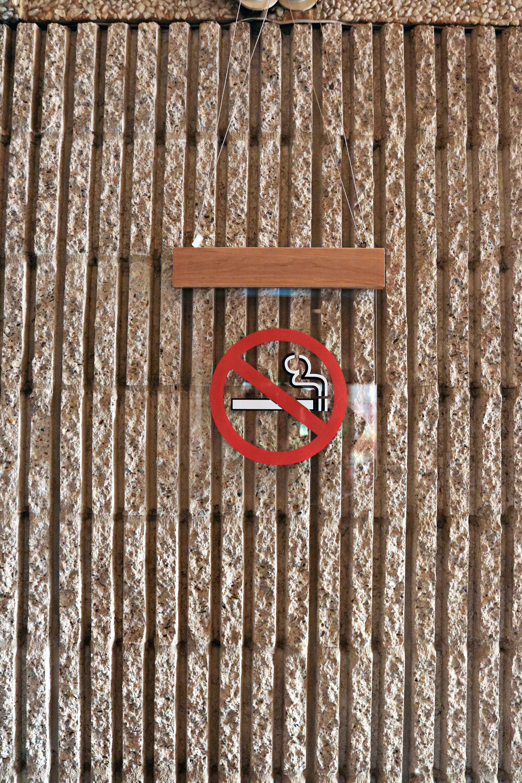 Kostenloses Stock Foto zu backsteinmauer, innere, rauchen verboten, schild