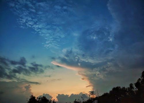 Бесплатное стоковое фото с city_skyline, безоблачное небо, грозовые тучи