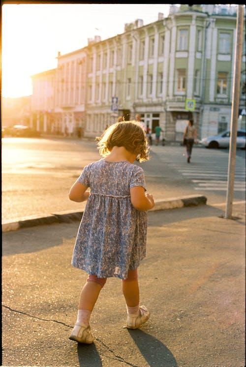 Fotobanka sbezplatnými fotkami na tému blond vlasy, chodník, chodníky
