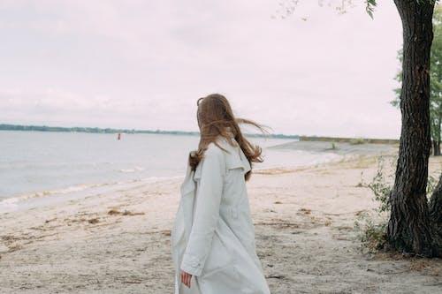 Darmowe zdjęcie z galerii z biały płaszcz, brązowe włosy, długie włosy