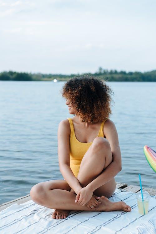 askısız jarse, başka yere bakmak, bukleli saç içeren Ücretsiz stok fotoğraf