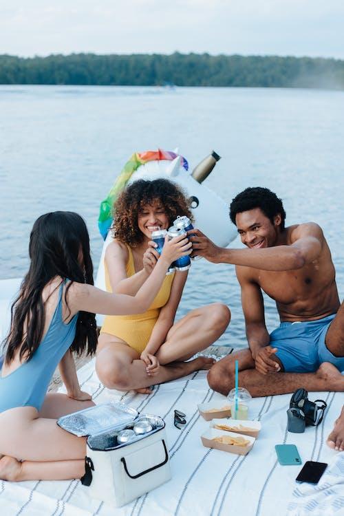 açık hava, adam, arkadaşlık içeren Ücretsiz stok fotoğraf