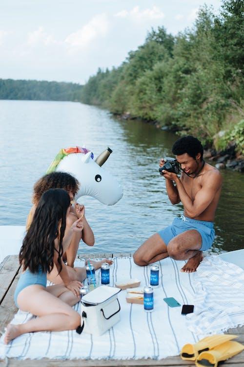 açık hava, adam, ahşap rıhtım içeren Ücretsiz stok fotoğraf
