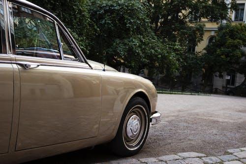 Gratis lagerfoto af årgang, beige, bil, bygning