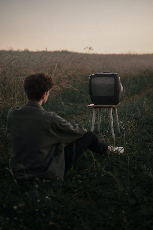 Foto profissional grátis de adulto, ao ar livre, área