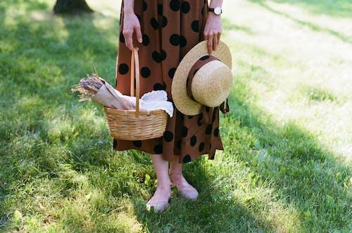 가려진 얼굴, 꽃, 드레스의 무료 스톡 사진