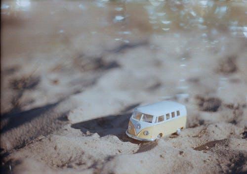 おもちゃ, ビーチ, ミニチュアバスの無料の写真素材