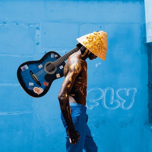 Ingyenes stockfotó akusztikus gitár, álló kép, félmeztelen témában