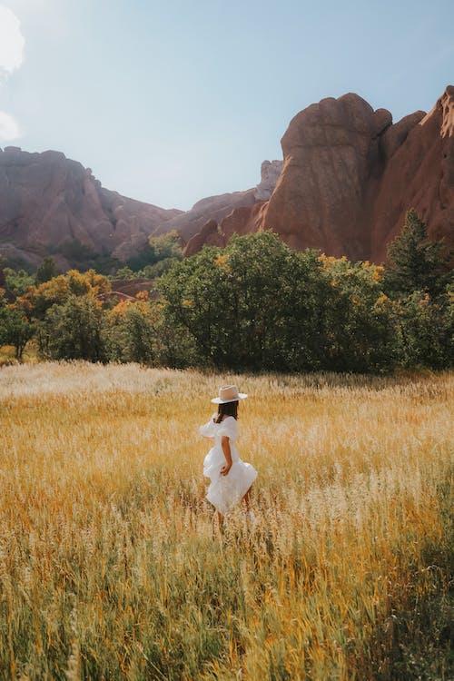 Fotobanka sbezplatnými fotkami na tému biele šaty, chôdza, dlhé vlasy