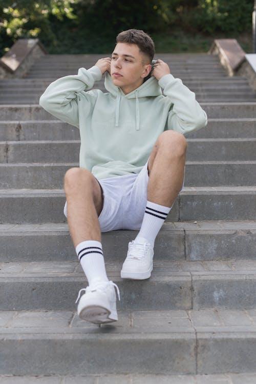 Δωρεάν στοκ φωτογραφιών με casual ρούχα, αθλητικό παπούτσι, καθιστός