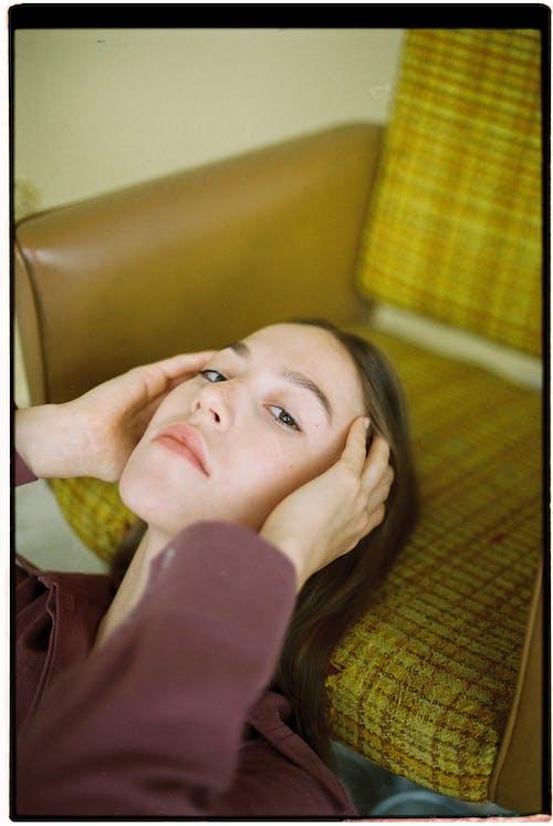 baş, güzel kadın, iç mekan içeren Ücretsiz stok fotoğraf
