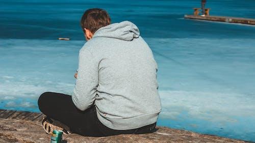 Kostenloses Stock Foto zu grauer hoodie, kalt, ozean