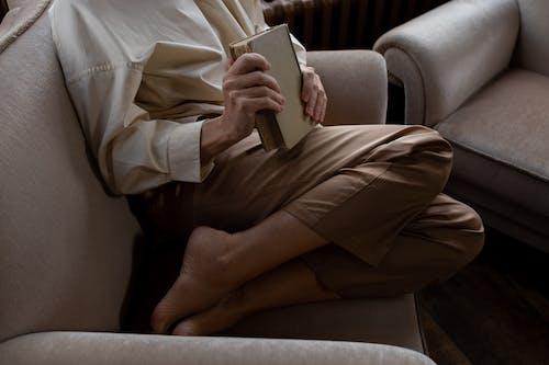 Imagine de stoc gratuită din a închide, carte, cu picioarele goale