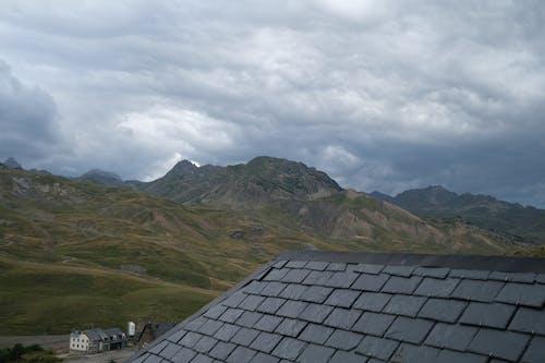 Photos gratuites de ciel maussade, colline de montagne, espace extérieur
