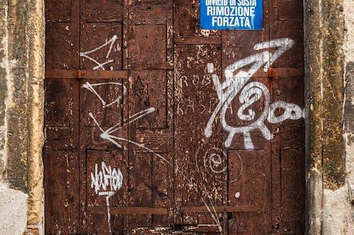 Kostnadsfri bild av brun, dörr, förfall, graffiti