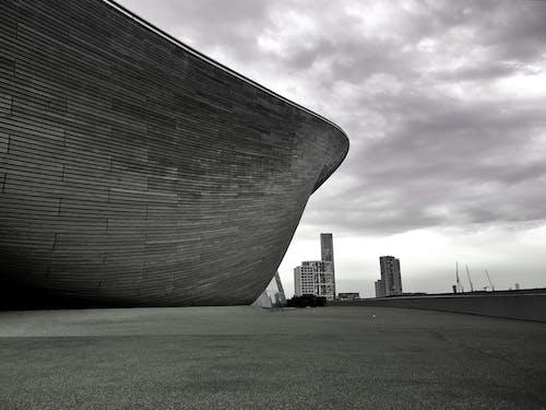 bina, bulutlar, mimari, siyah ve beyaz içeren Ücretsiz stok fotoğraf