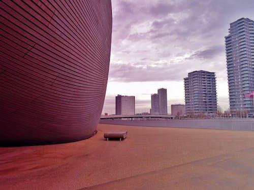 Fotobanka sbezplatnými fotkami na tému architektúra, budovy, centrum mesta, lavička