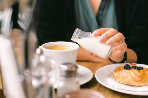 Ilmainen kuvapankkikuva tunnisteilla Aamiainen, kaataminen, kahvi