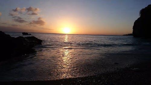 Wellen, Die Während Des Sonnenuntergangs An Land Abstürzen