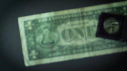 Person, Die Eine Lupe Auf Einem Dollarschein Verwendet