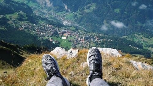 Person Auf Einer Klippe Mit Blick Auf Die Berge