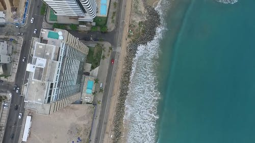 Вид с высоты птичьего полета на пляж напротив высоких зданий