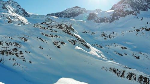 Imagens Aéreas De Uma Montanha Coberta De Neve E Seus Picos