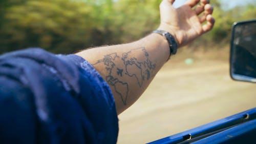 Mann, Der Mit Der Hand Außerhalb Des Fahrzeugs Fährt